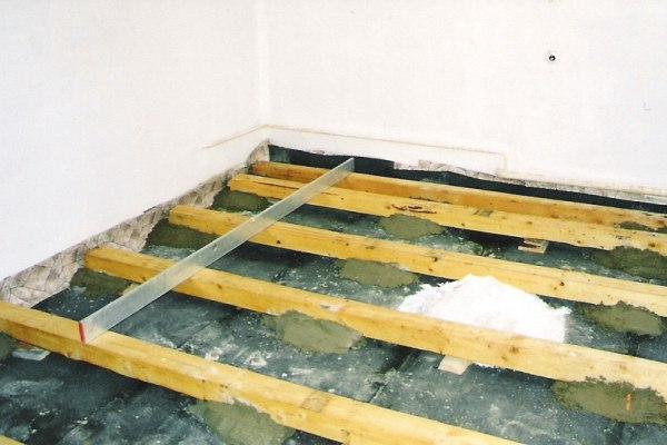 Vyrovnání podlahy pod plovoucí podlahu